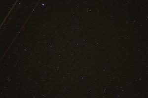 Stjärnområdet i Cygnus halsparti troligen, med flygplansspår.Taget med 400mm objektiv i okt 2016 av Janne i Bollmora, Tyresö